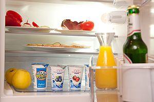 Kühlschrankfüllung mit gesunden Lebensmitteln